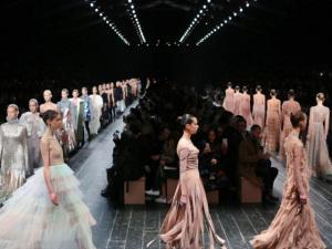 Valentino leva o universo do balé para a passarela em Paris