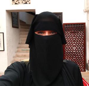 Atriz global adere a vestimenta tradicional em Dubai. Reconhece?