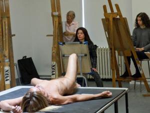 Iggy Pop posa nu para artistas com idade entre 19 a 80 anos