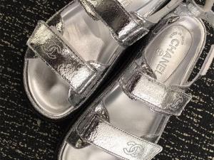 Desejo do Dia: um passo à frente com as papetes metalizadas Chanel