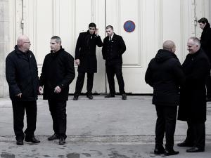 Detector de metais vira rotina nos desfiles de Paris