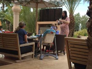 Gravidíssima, Liv Tyler curte Páscoa no Marrocos em família