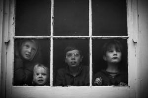 Fotógrafo clica os filhos em série sobre infância sem tecnologia