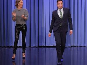 Gisele Bündchen ensina para Jimmy Fallon os segredos de seu catwalk