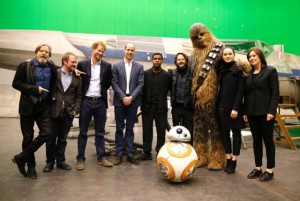 """William e Harry lutam pela Força em tour turístico pelo set de """"Star Wars"""""""