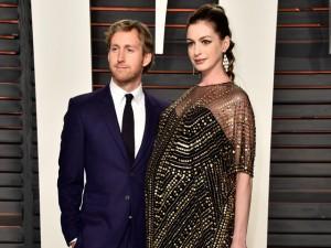 Nasceu! Anne Hathaway e Adam Shulman são pais de um menino