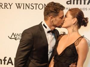 Cauã Reymond aos beijos com a namorada em festa com presença da ex