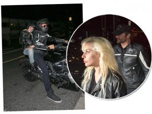 Lady Gaga agarradinha a Bradley Cooper na garupa da moto