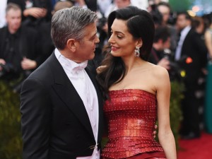 George Clooney se declara à mulher e defende imigrantes