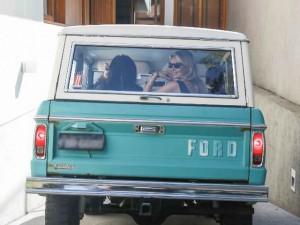 Kate Moss desembarca em SP em carro vintage de joalheiro brasileiro