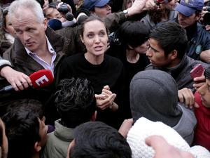 Tabloide afirma que Angelina Jolie está hospitalizada e em estado crítico