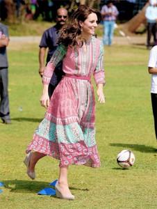 De salto, Kate Middleton joga futebol em visita oficial à Índia. Saca só!
