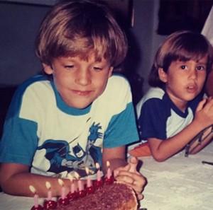 No dia de seu aniversário, Pedro Andrade posta foto da infância