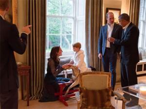 De pijama e robe, o pequeno George rouba a cena no jantar para Obama