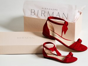 Alexandre Birman lança versão flat de sandália best-seller para mãe e filha