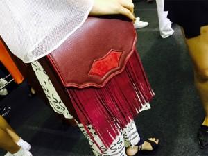 Desejo do Dia: charme e movimento na bolsa de passarela by Lilly Sarti