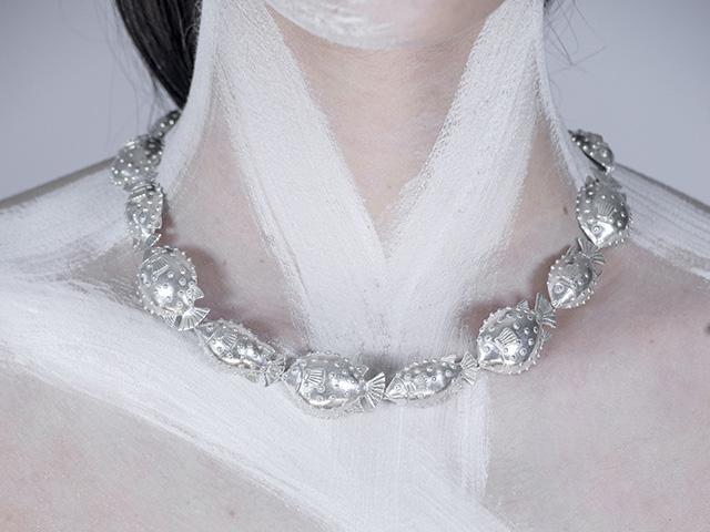 O colar de baiacus de Paola Vilas