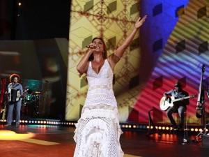 Emocionada, Ivete Sangalo grava DVD em Trancoso toda de branco