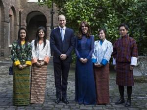 Kate Middleton ousa com decote e transparência em Londres