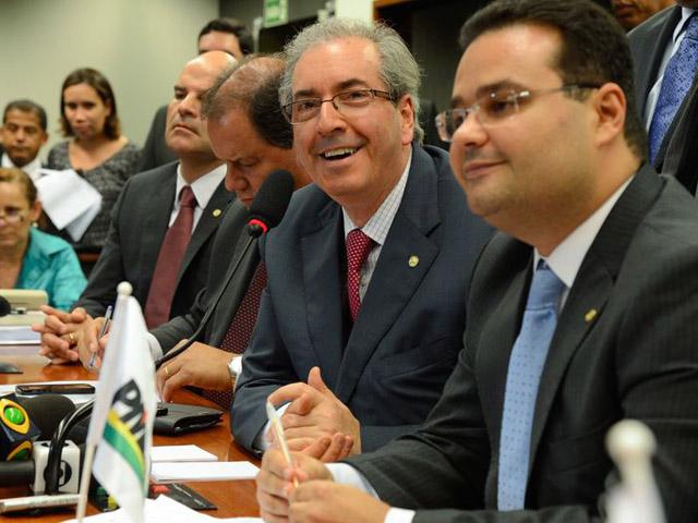 Cunha com parlamentares em reunião da bancada do PMDB