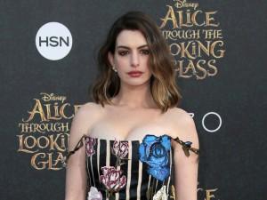 Anne Hathaway critica as Kardashians em post e depois se arrepende