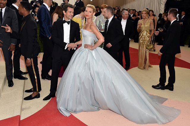 Claire Danes e o marido Hugh Dancy no tapete vermelho do Baile do MET