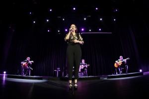 Carminho anuncia álbum só com Tom Jobim em show no Rio