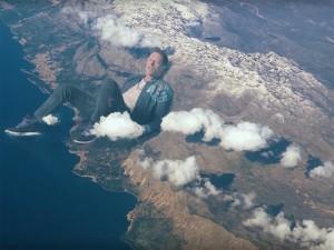 Chris Martin e os caras do Coldplay em um clipe todo louco e fofinho