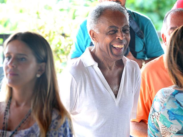 Gilberto Gil recebe o carinho dos amigos