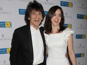 Nascem as gêmeas de Ronnie Wood, guitarrista dos Rolling Stones