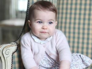 É muita fofura! O primeiro ano da princesa Charlotte em fotos