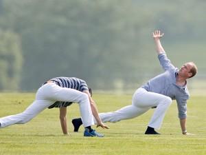 Príncipes William e Harry participam de competição de polo