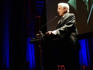 """Escritor Mario Vargas Llosa vê """"luta popular contra a corrupção"""" no Brasil"""