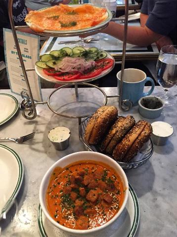 Bagels, sopa de tomate e ovos Benedict do restaurante Sadelle's  ||  Crédito: Reprodução / Instagram