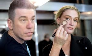 Desfile de Lino Villaventura traz explosão de dourado na maquiagem