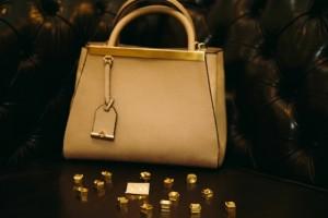 Capodarte realiza personalização de bolsas com iniciais das clientes