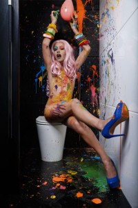 Em imagens divertidas, exposição retrata drag queens no banheiro de fotógrafa