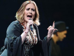 Adele solta 33 palavrões em performance de 90 minutos em Glastonbury