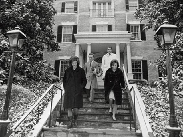 Jackie Kennedy na casa onde viveu por quase um ano após o assassinato de , John F. Kennedy  ||  Crédito: Reprodução