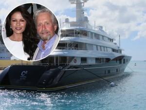 Catherine Zeta-Jones e Michael Douglas curtem agito em iate de R$ 238 mi