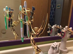 Ganhador de Emmy, maquiador usa a estatueta como porta-escova de dente