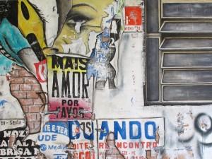 Muros, grafites e colagens viraram arte na mostra da francesa Gasediel