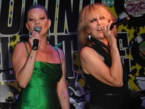 Kate Moss sobe no palco e canta com Chrissie Hynde em evento beneficente