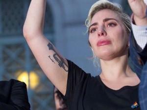 Lady Gaga se emociona e discursa em vigília pelas vítimas de Orlando