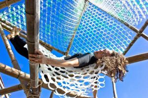 Artista Mana Bernardes inaugura escultura interativa feita com bambus