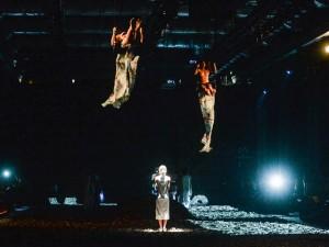 Bia Lessa leva trapezistas nuas para a passarela da Marca Mac no Rio