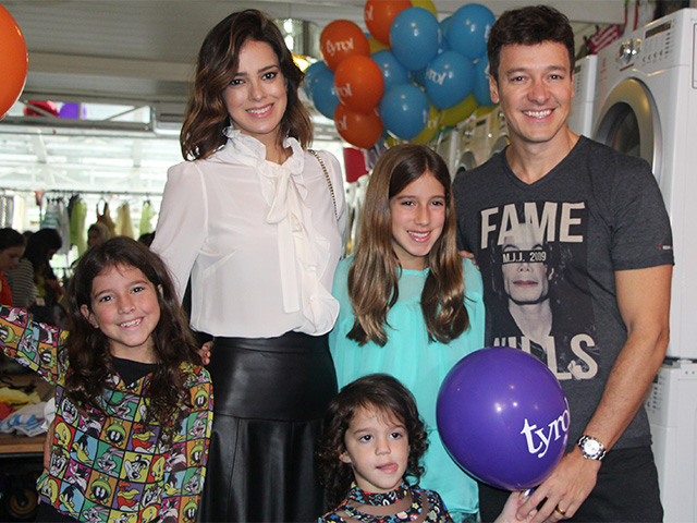 Rodrigo Faro e Vera Viel com as filhas Clara, Maria e Helena!  ||  Crédito: AgNews