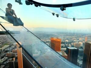 Torre mais alta de LA ganha escorregador (externo!) de vidro. Vai encarar?