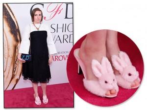 Lena Dunham vai de pantufa com salto em premiação de moda