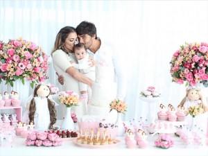 Deborah Secco e Hugo Moura batizam a filha, Maria Flor. Vem ver!